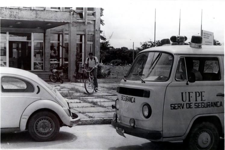 Viatura de segurança da UFPE em frente a Biblioteca Central em 1985.