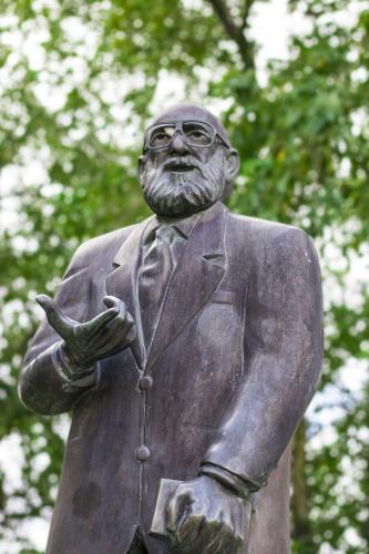 A estátua do Paulo Freire está localizada no Laguinho da UFPE (próximo ao CCSA, CAP e ao NIATE do CFCH), tendo sido inaugurada em setembro de 2013. Sendo uma homenagem dos Educadores da América Latina através do II Encontro do Movimento Pedagógico Latino-americano (2013). Paulo Freire foi um educador e filósofo brasileiro. Nascido em 1921 na cidade do Recife, ele é o brasileiro mais homenageado da história, sendo titulado como Patrono da Educação Brasileira.