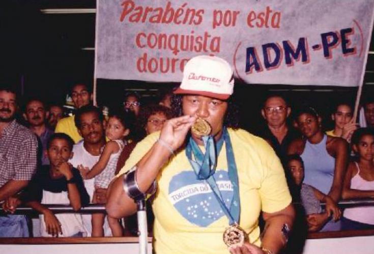 Homenagem à Roseane Ferreira, conhecida como Rosinha, na quadra do NEFD. Na ocasião, Rosinha havia chegado das Paraolimpíadas de Sidney em 2000 com duas medalhas de ouro.