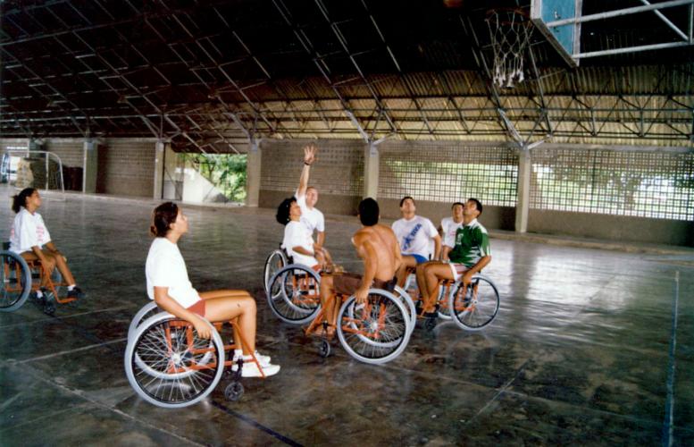 """Basquete com participantes  do projeto para pessoas com deficiência """"Amigos especiais da UFPE"""" na quadra do Núcleo de Educação Física e Desportos (NEFD) nos anos 90."""