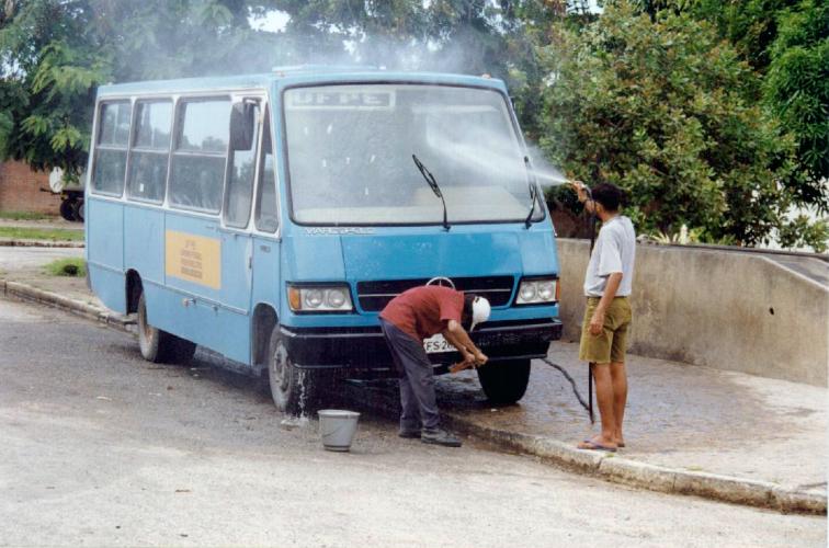 Ônibus circular do campus Recife nas proximidades da prefeitura da Cidade Universitária nos anos 90.